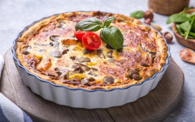 quiche-casera-lorraine-pollo-champinones-queso-cocinando-especias-mantequilla-tarta_154293-492